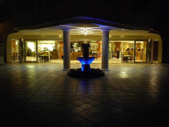 Pullman Timi Ama Sardegna : réception depuis la terrasse de nuit