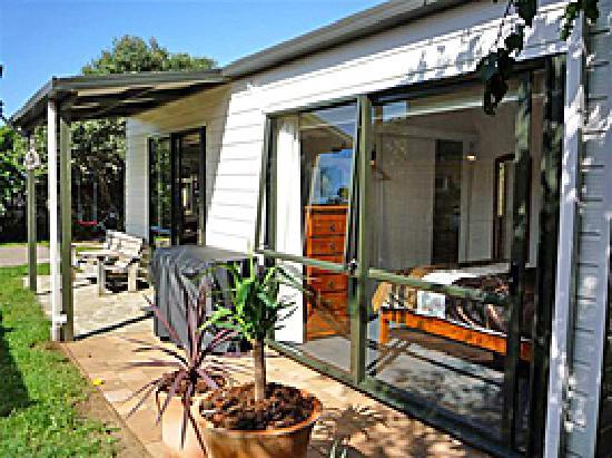 Beachstay Matapouri: Cottage Patio