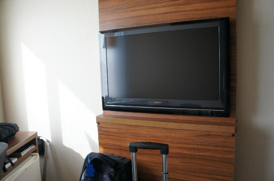 Tokyu Stay Nishishinjuku: The tv which can be hard to watch due to the lights from the outside