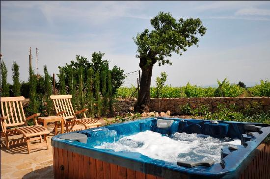 Els Canterers Casa Rural: Jacuzzi for the warmer months