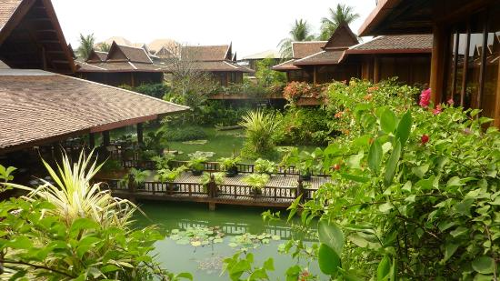 Angkor Village Hotel: Our view to the walkway over the Lotus pond