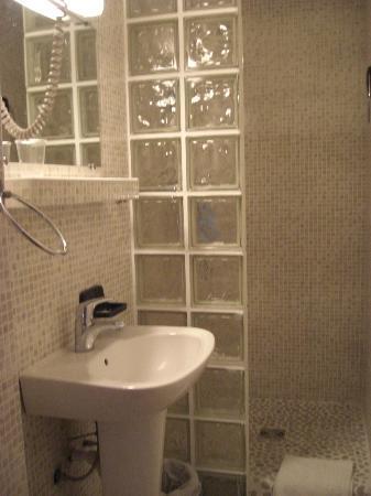 Hotel Couleurs du Sud: il bagno con la doccia