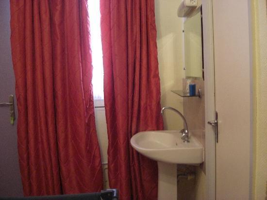 Hotel Couleurs du Sud: la camera con il lavandino in stanza e dietro la porta c'è il wc