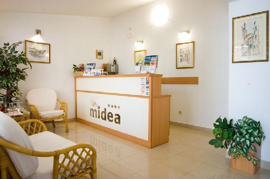 Villa Midea: Reception