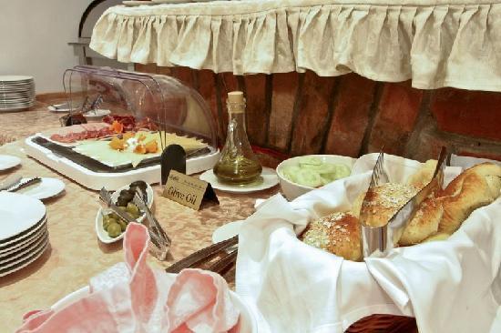 Villa Midea: Breakfast