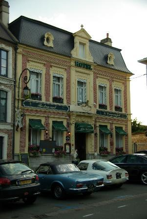 Coq Hotel: Front and main entrance of the Hotel from the square.