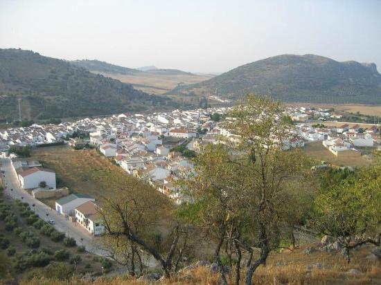 Cuevas del Becerro: vista del pueblo del castillejo
