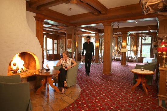Ringhotel Mönch's Waldhotel: Lobby with fireplace