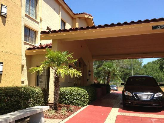 La Quinta Inn Gainesville : The entry way to the hotel