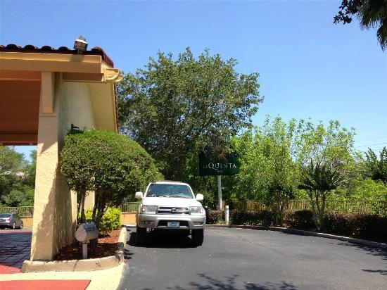La Quinta Inn Gainesville : The front of the hotel