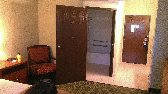 Baymont Inn & Suites Grand Rapids N/Walker: bathroom door, barrier-free