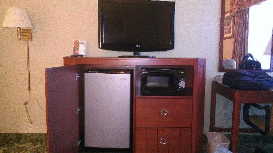 Baymont Inn & Suites Grand Rapids N/Walker: TV, fridge, microwave