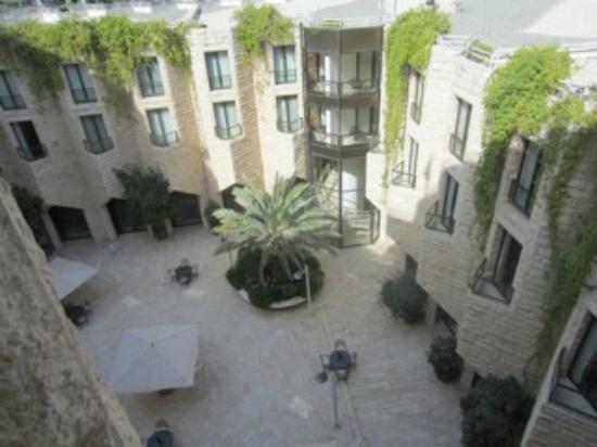 Inbal Jerusalem Hotel: View of the inner courtyard