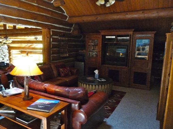 Wildberry Lodge: Comfy loft area outside room