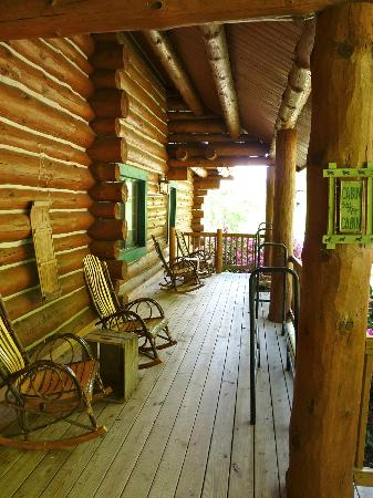 Wildberry Lodge: Front Porch