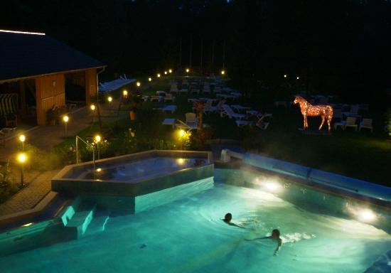 Saunadorf Roetgen-Therme : Außenpool bei Nacht