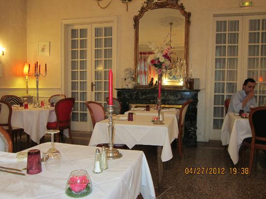 Logis Le Mas de Couran : Salle pour les soupers...foyer, chandelier !!!