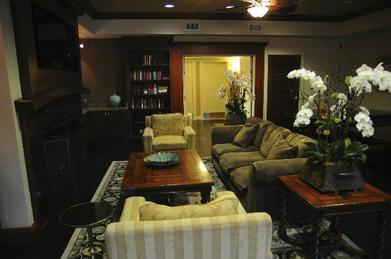 West Inn & Suites Carlsbad: Library 1
