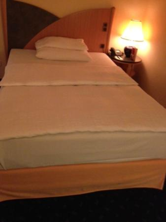 Sheraton Offenbach Hotel: Beds clear don't have  the Suite Sleeper bedding.