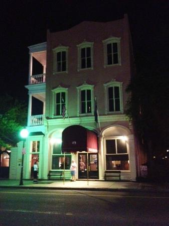 The Meeting Street Inn: hotel at night