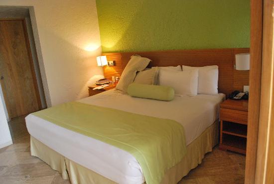 Club Regina Cancun: Bed in room