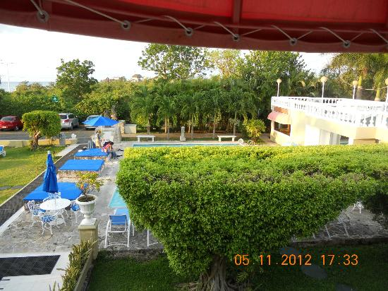 Villablanca Garden Beach Hotel: View of Pool and corner of dining room from our room