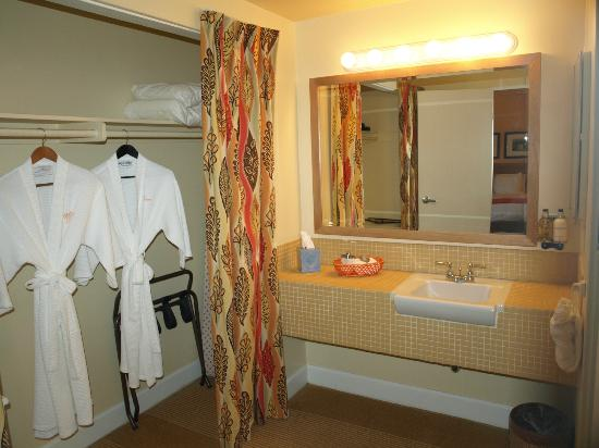 Mojave Resort: sink/vanity/closet area seperate from toilet & shower