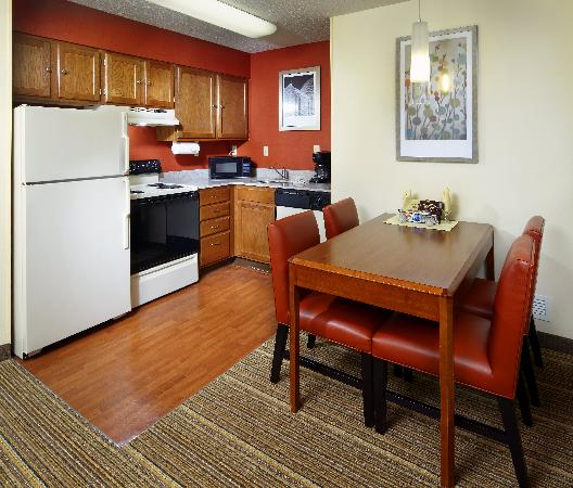 Residence Inn State College: Kitchen