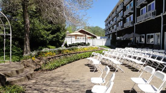 Lake Natoma Inn: Outside Garden And Fireside Patio
