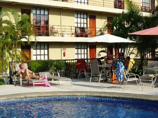 Condominiums Suenos del Paraiso: Pool and Building