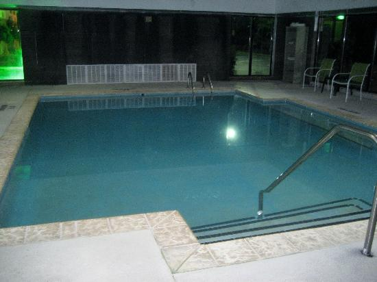 Sleep Inn Roanoke Rapids: Pool area not very inviting