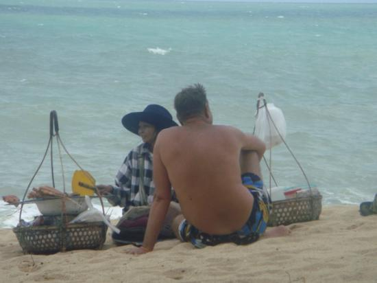 Santiburi Koh Samui : Lunch on the beach ...the best grilled chicken and green papaya salad