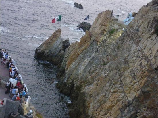 Elcano Hotel: На шоу прыгунов со скалы можно достаточно дешево доехать на такси прямо из отеля