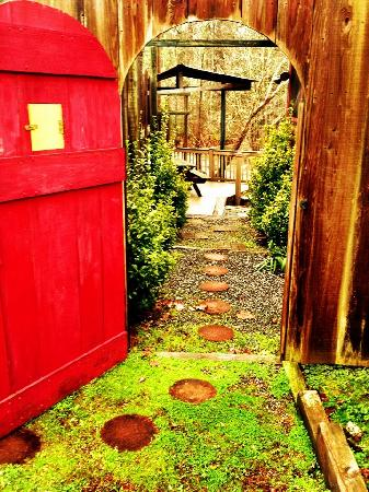 Lenoir, Carolina del Norte: Walking into FireFly Cottage's private courtyard