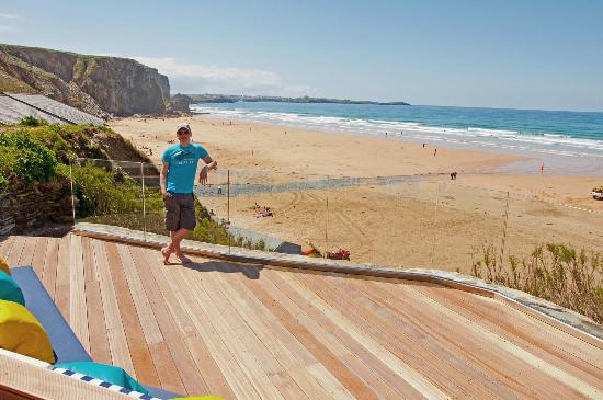 Watergate Bay Hotel: View of the beach from the lower decked area
