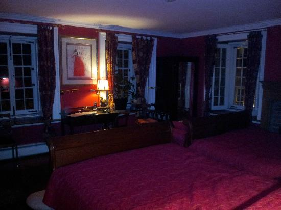 Maison Historique James Thompson: The Red Room - Two Queen w/ Private Bathroom