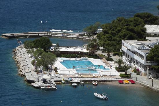 Hotel Poseidon Resort : Piscine vue de la route
