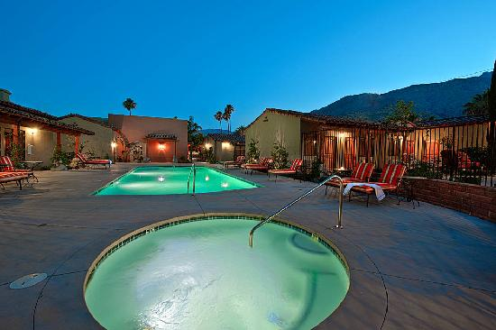 Los Arboles Hotel: Views of Mt. San Jacinto from the Jacuzzi