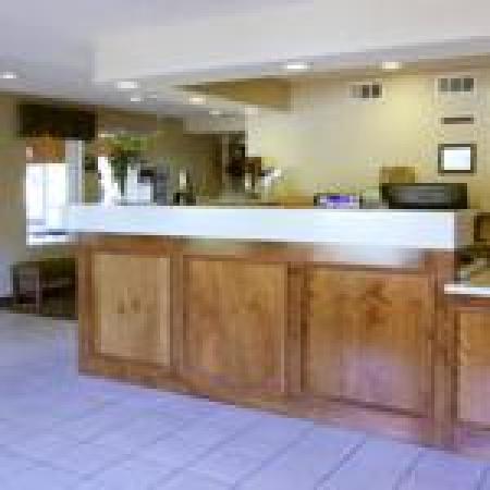 Baymont Inn & Suites Redding: Front Desk