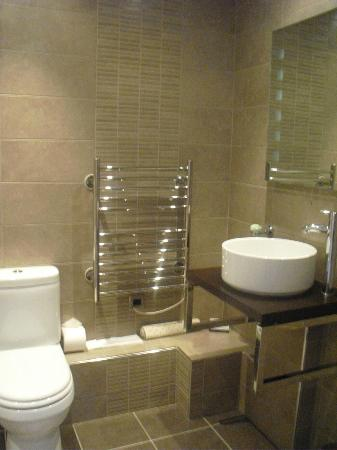 Hawkwell House Hotel: Very modern bathroom