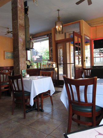 Roxanne Cafe : Inside Roxanne's Early on a Thursday