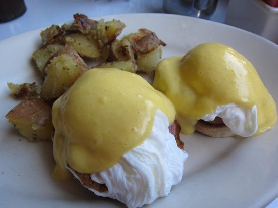 Roxanne Cafe : Eggs Benedict ...apparently light on home fries