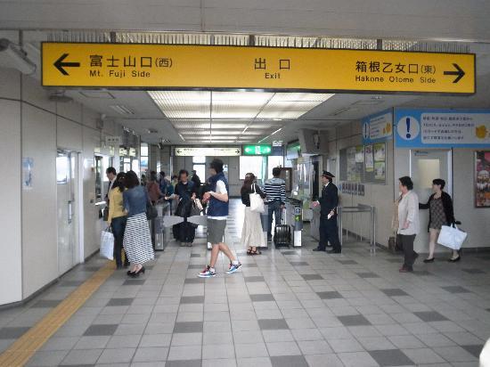 Odakyu Limited Express Romancecar: 御殿場駅改札口/右にいくと乙女口