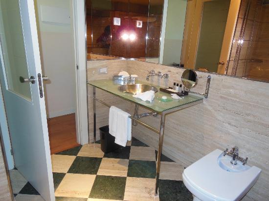 BAH Barcelona Airport Hotel: Modern Sink