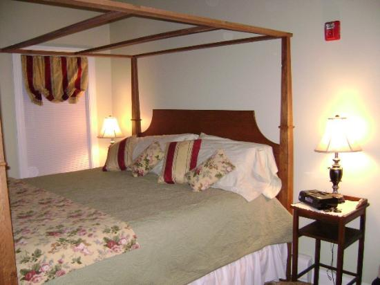 Captain Swift Inn: Big comfy king bed :)