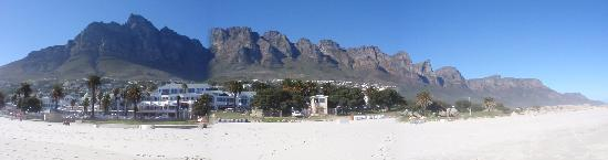 Camp's Bay Beach: PAnoramic view of Camps Bay from the beach during the morning hours
