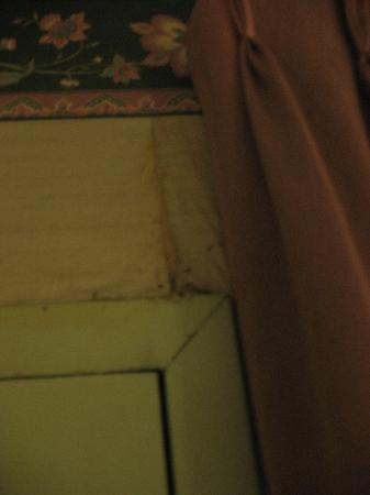 Harbor Inn Phillipsburg: Wall water damaged near curtains