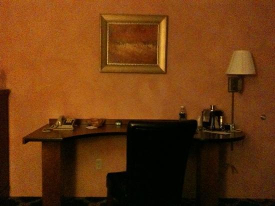 Plaza Motor Motel: nice size desk