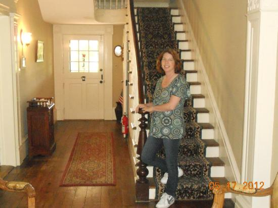 Neighbour House Bed and Breakfast: Beautiful staircase in entry way