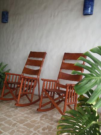 Serenity Boutique Hotel Quepos: Comfy rockers to relax in outside our room